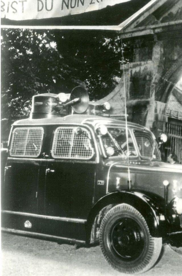 Wasserwerfer der Polizei bei Auerbachs Begräbnis