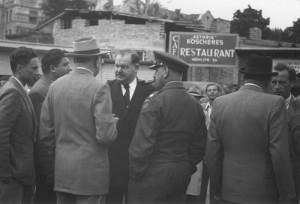 Auerbach im Gespräch mit Displaced Persons