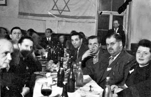 Philipp Auerbach (2.v.r.) in der jüdischen Gemeinde Starnberg