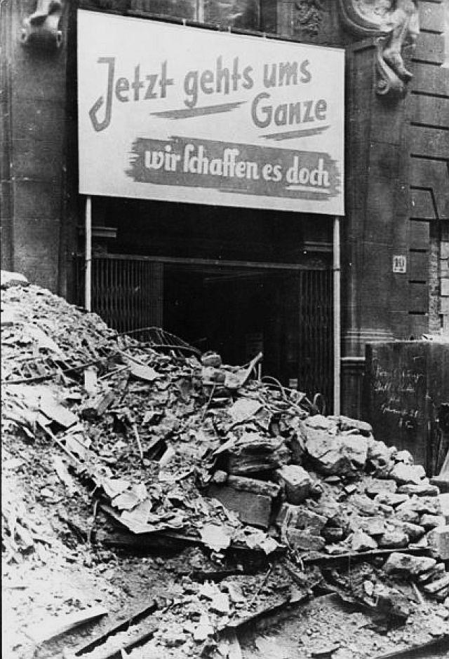 Durchhalteparolen zwischen Trümmern am 13. April 1945 in einer deutschen Stadt