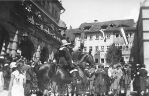 Festspielreiter mit Touristen vor dem Rathaus