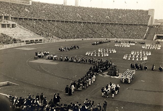 """Einmarsch der Schäfertänzer am 10. August 1936 ins vollbesetzte Berliner Olympiastation: """"Musik und Tanz der Völker"""""""
