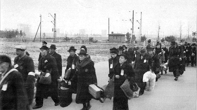 Nürnberger Juden werden 1942 zum Bahnhof Märzfeld gebracht