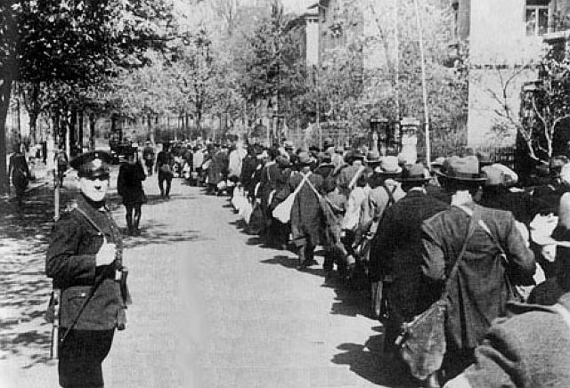 Juden werden in Würzburg zum Bahnhof geführt (3. Deportation, April 1942)