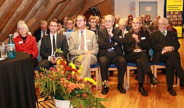Dr. Oliver Gußmann (4. v. r.) bei der Preisverleihung in der Johanniterscheune; Foto: VAR
