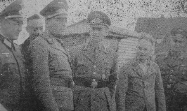 Stevertretender Hauleiter Holt besichtigt 1944 die Heckenackersiedlung; v. l. Kreisleiter Steinacker, Holz, komm. Ktreisleiter Höllfritsch