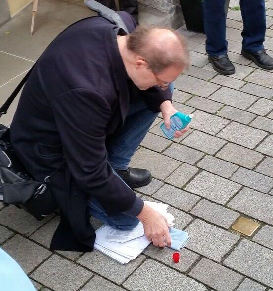 Oliver Gußmann putzt den Stein
